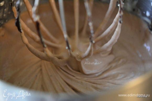 Добавить жирные сливки и на скорости смешать примерно 1-2 мин.