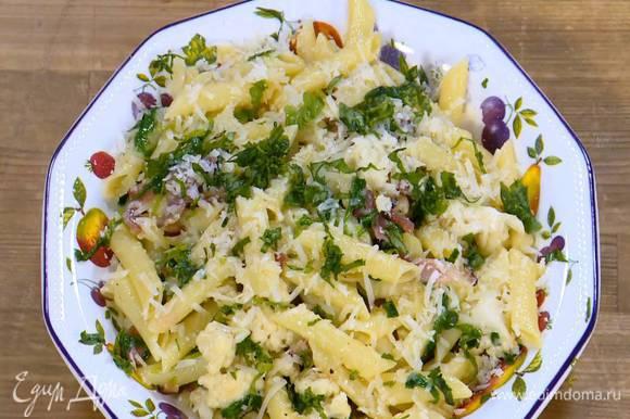Пасту выложить на блюдо, посыпать базиликом и оставшимся сыром.