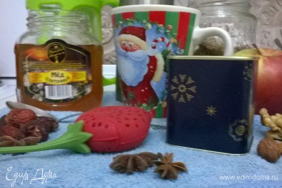 Все ингредиенты для чая нужно добавлять в тёплую воду. Кладём в воду кардамон, шиповник, бадьян и гвоздику. Мускатный орех натираем на тёрке. Корень имбиря нарезаем произвольно.