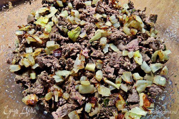На сухари насыпаем печёнку кусочками, сверху — жареный лук.
