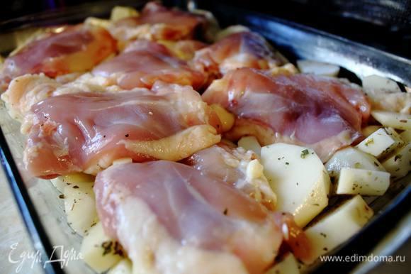 С куриных бердышек снять шкурки. Сами бедрышки посолить-поперчить и выложить на картофель сверху.