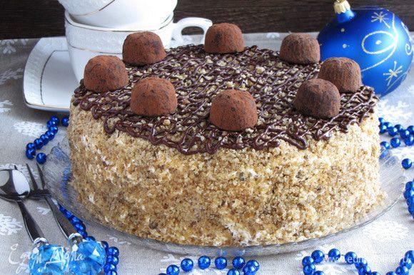 Украсить по желанию трюфельными конфетами. Торт готов!