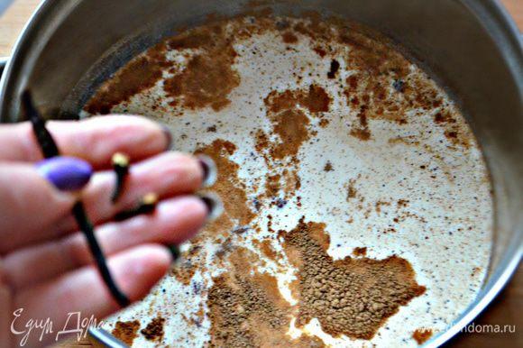 На медленном огне разогрейте молоко со специями. После закипания тонкой струйкой влейте яичную смесь, постоянно помешивая. Всю смесь снова поставьте на огонь и варите, пока она не станет более густой. Выньте стручок ванили и бутоны гвоздики.