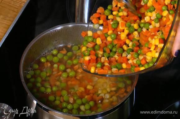 Замороженные овощи опустить на несколько минут в кипящую воду, затем воду слить.