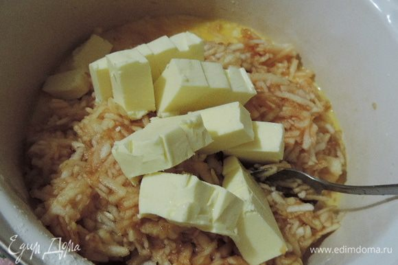 В кастрюльку с растворенным пудингом кладем яблоки и сливочное масло, нарезанное кубиками.