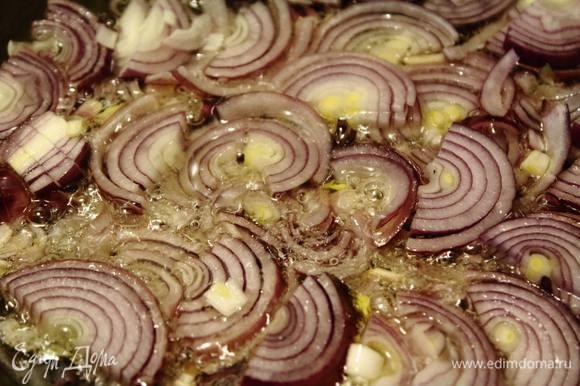 Лук очистить и нарезать полукольцами. Обжарить на сковороде до золотистых корочек.