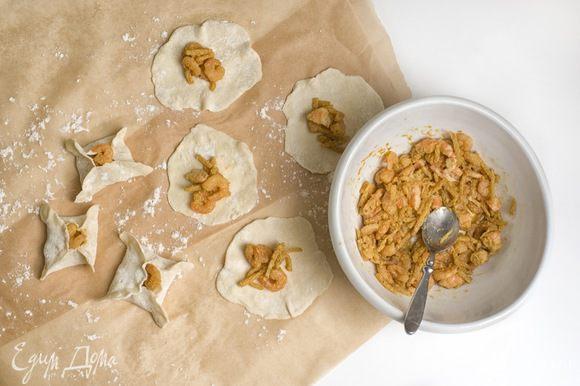 Начинка: смешать креветки, ростки бамбука, 4 столовые ложки воды, соевый соус, рисовое вино, сахар и черный перец, до образования однородной массы. Затем помешивая добавить кукурузную муку.