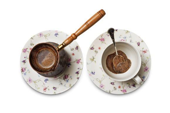 Ложечкой снять пенку и уложить ее на дно кружки, сверху залить кофе.