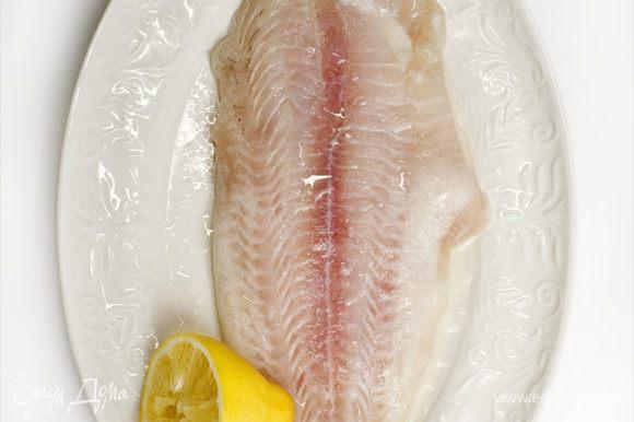 Рыбное филе сбрызнуть лимонным соком и оливковым маслом, накрыть пищевой пленкой и на 10 минут поместить в холодильник.