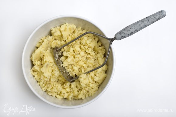 Картофель отварить в подсоленной воде. К отварному картофелю добавить сливочное масло и приготовить пюре.