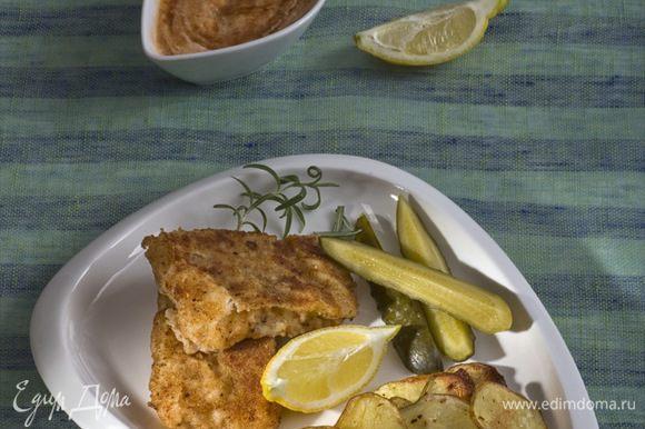 Подавать с запеченным картофелем и соусом из майонеза и кетчупа, добавив дольку лимона.