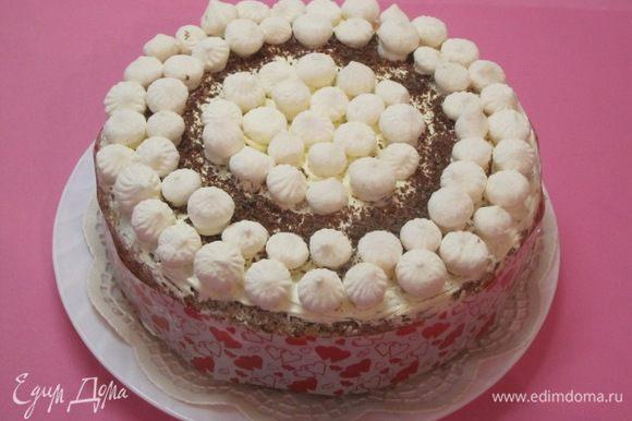 Это один из двух тортов, которые я приготовила Кристинке в институт. Маленькие безе купила в магазине. Все 3 торта выдержаны в одном стиле.