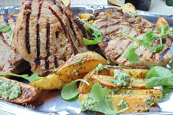 Горячий картофель смешать с соусом, перемешать. На блюдо выложить мясо, вокруг картофель. Приятного аппетита!