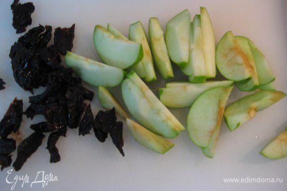Яблоки средние кислые очистить, нарезать дольками, чернослив — кусочками.