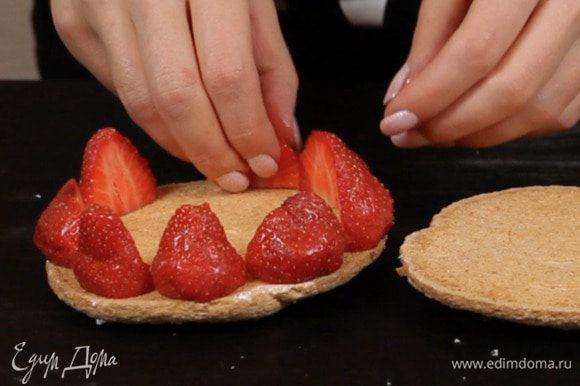 Остаётся только собрать пирожное. По краю выкладываем ягоды.