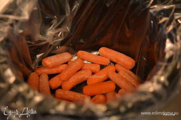 Приготовим медленноварку, выложим на дно очищенную морковь, порезанную на крупные кусочки. Если готовим в духовке, то используем жаровню.
