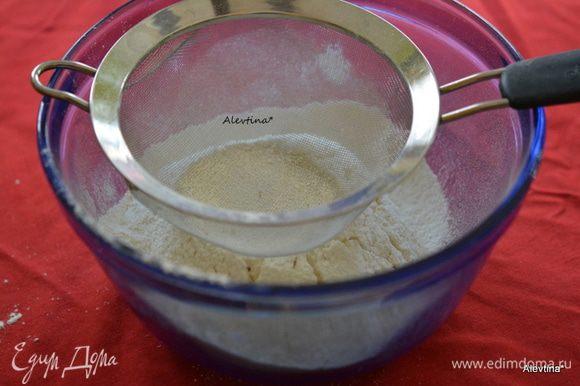Муку просеять, затем добавить сахар.