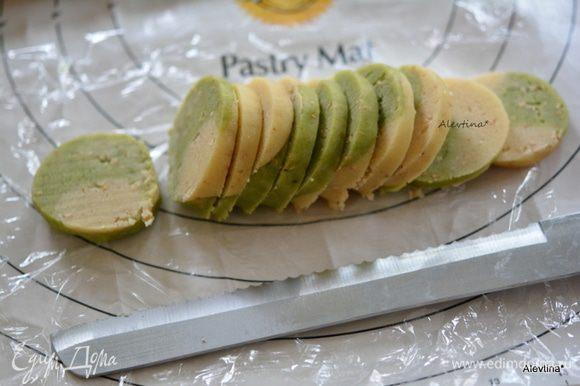 Разогреть духовку на 190°С. Каждую колбаску порезать на не тонкие печеньки. Выложить на противень с бумагой для выпечки.