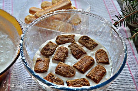 Слоями выложите подготовленный крем, печенье савоярди, пропитанное с двух сторон кофе (быстро обмакивая печенье в кофе, по принципу, как для тирамису).
