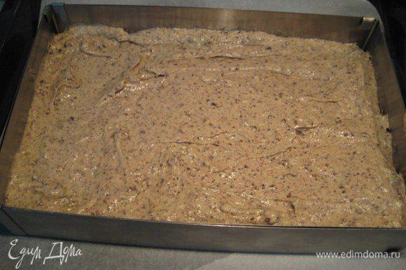 Вылить тесто, разровнять лопаткой. Выпекать при температуре 180°C 25-30 минут, готовность проверить деревянной шпажкой.