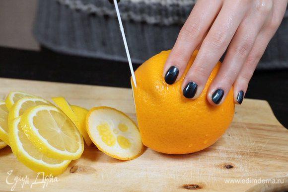 Нарезать лимон и апельсин.