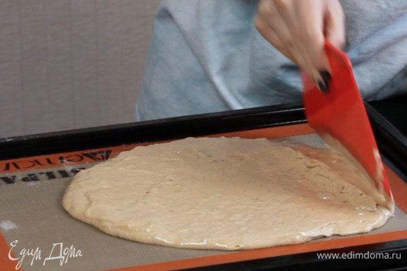 Распределить тесто по форме и выпекать 9-12 минут. Я выпекала на обычном противне с силиконовым ковриком.
