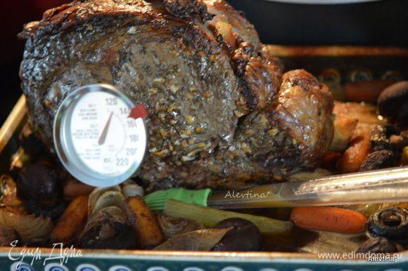 Затем температуру снизить до 180°С и готовить 1,5-2 часа или до полной готовности. Проверяем термометром для мяса, и в течение готовки поливать корейку соусом. Если жидкость испарилась — добавить второй стакан бульона. Мне не пригодилось, например. Мясо средней прожарки с кровью — примерно 55°С Мясо прожаренное/медиум вел — 60°С Мясо прожаренное без крови — 65°С