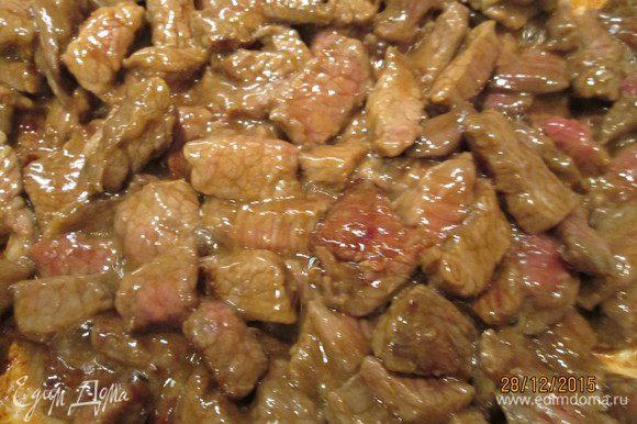 Обжариваем мясо на сильном огне 2 минуты и перекладываем в тарелку.