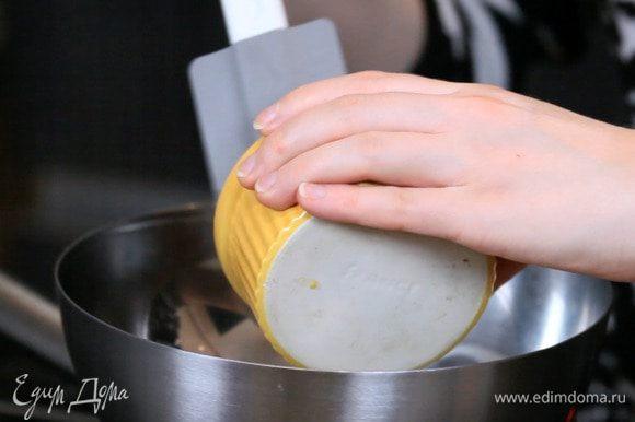 Растопить на водяной бане шоколад. В конце примешать сливочное масло до однородности. При желании, можно покрасить глазурь красителем для шоколада. Перед украшением дать глазури остыть минут 15.