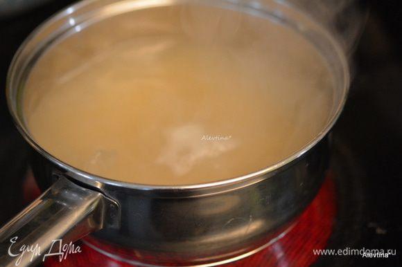 Отварить предварительно рис до полуготовности. Воду слить.