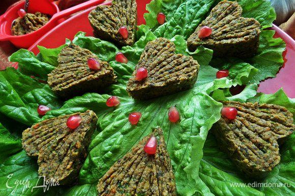 Можно подать в баночке. Но можно и так: застелить красивое блюдо листьями салата, на них положить формочку. Наполнить формочку паштетом и снять с помощью тонкого ножа и т.д.