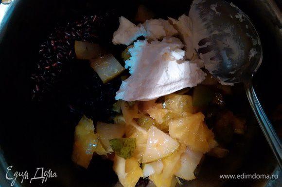 Рис смешать с маскарпоне и частью фруктов, нарезанной кубиками.