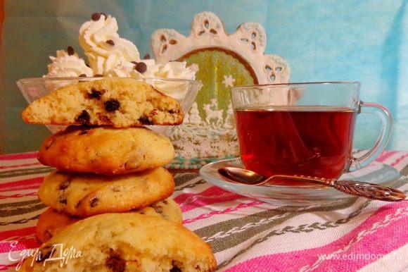 Заварить чай и звать всех к столу. Со взбитыми сливками — вообще песня и сказка.