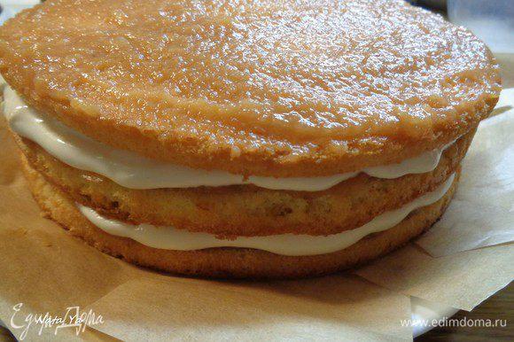 И повторяем: слой яблочного пюре и крема.