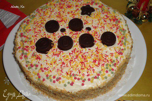 И с помощью силиконовой формы с цифрами, я сделала из шоколада конфетки с датой ухода в армию. Чтобы осталась память. Торт у меня пропитался буквально за пару часов в холодильнике. Но, если есть время, можно оставить на ночь пропитываться.