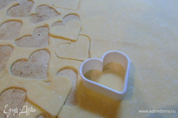 Раскатываем тесто тонко на припыленной мукой поверхности и вырезаем всякие печеньки.