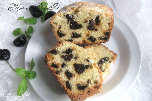 На этой фотографии — кусочки кекса на следующий день. Можно сравнить текстуру внутри кекса. Приятного чаепития!