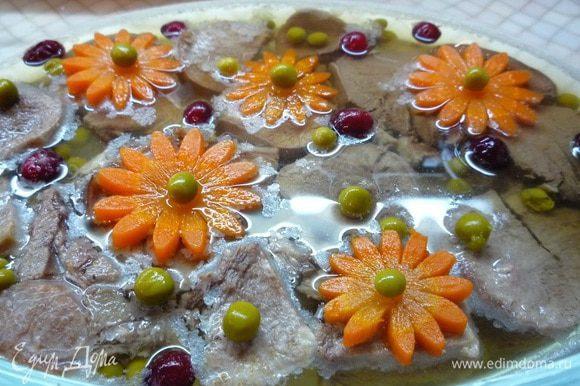 Заливное можете украшать по своему вкусу, подойдут ломтики лимона, маслины, маринованные огурчики, зелень. Подавать с горчицей или хреном. Приятного аппетита!