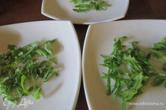 Далее замаринуем лук: нарежем полукольцами зальем уксусом, смешанным с кипяченой водой (на свой вкус) и оставим на 10-15 минут — это время уйдет на нарезку всех ингредиентов салата. В тарелки уложим листья салата (салат любой, у меня сегодня рукола).