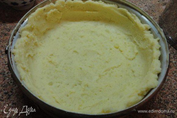 Форму для запекания (лучше разъемную) смазать маслом и выложить большей частью картофельного пюре, формируя бортики. Лучше это делать столовой ложкой, смоченной в воде.