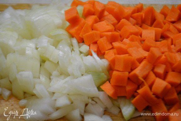 Лук и морковь почистить и порезать кубиками.