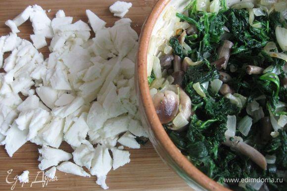 Лук очистить, порезать, обжарить на топленом масле почти до готовности. Опята отварить в течение 10 минут в подсоленной воде. Грибы откинуть на сито, дать стечь воде разделить на 2 неравные кучки. Одну, где меньше грибов, оставить для украшения верха киша, остальные порезать, если грибы крупные. Добавить грибы к обжаренному луку и подержать на сковороде вместе с луком 1 минуту на маленьком огне. Моцареллу порезать на кусочки. Шпинат бланшировать (вода должна прикрывать шпинат наполовину) 5 минут. Откинуть на сито, обдать холодной водой, отжать руками, чтобы не было излишков жидкости. Порезать. Духовку разогреть до 190°C. Яйца смешать со сливками, посолить, поперчить, перемешать. Смешать грибы, кроме тех, которые оставлены на украшение верха киша, с частью шпината.