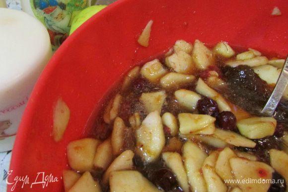 Подготовьте начинку (она может быть любой, на ваш вкус). Яблоки предварительно помойте, обсушите, очистите от кожуры, нарежьте тонкими дольками. Смешайте варенье (у меня абрикосовое), подготовленные яблоки, клюкву. Добавьте корицу и все хорошо перемешайте.