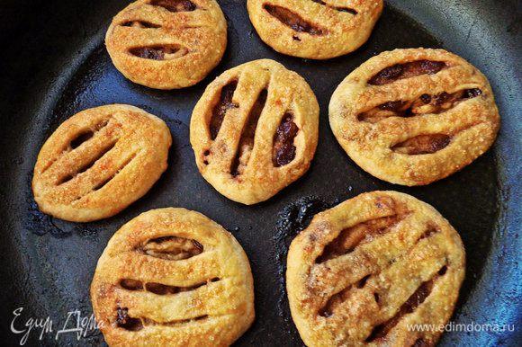 Выпекаем 12-15 минут при 180°C. Печеньки потолще будут дольше печься.