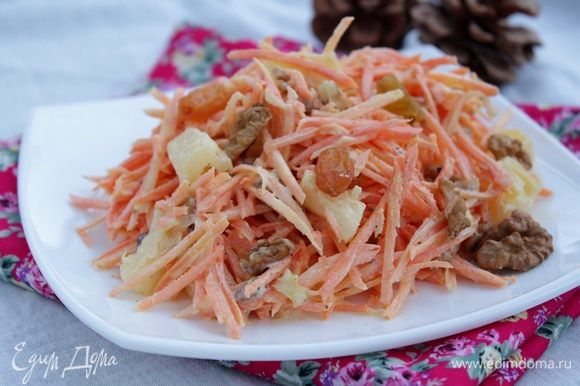 Заправить заправкой салат, сверху посыпать грецкими орехами. Приятного аппетита!