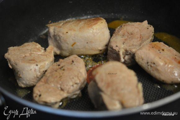 Разогреть сковороду, вылить масло. Обжарить свинину с 2-ух сторон. Примерно 1-2 минуты сторона.