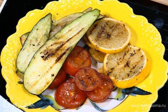 На сковороде-гриль, где жарилось сало, обжарить помидоры, цукини и лимон со всех сторон до появления золотистых полосок.