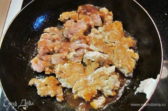 Поставить обжариваться куриный фарш с добавлением протертых томатов. Солить и перчить по вкусу. Натереть пармезан на мелкой терке.