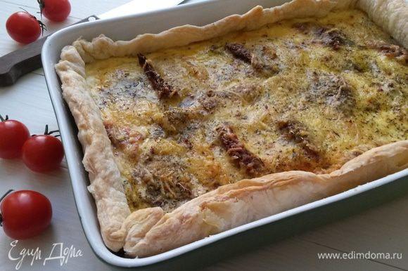 Выпекаем пирог 35-40 минут при температуре 200°C. Готовый пирог остужаем, так он будет лучше резаться.