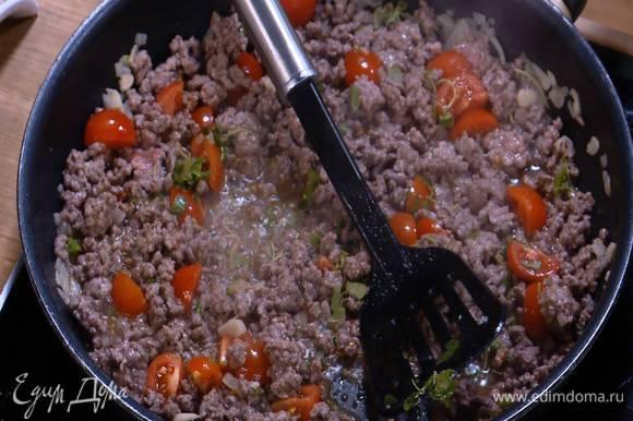 Орегано мелко порезать, добавить в сковороду, все перемешать и снять с огня.